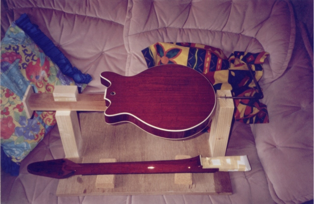 Back at Mark's place at 3am with the paint still very soft and hardly touch dry yet, the guitar stays the night on the couch